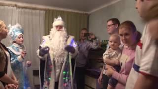 Дед Мороз проводит конкурсы и шоупредставление<