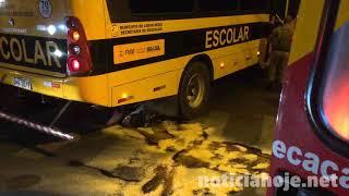 Em acidente na Salgado Filho, moto vai parar embaixo de ônibus escolar