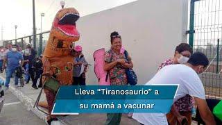 Mardonio Rivera causó sensación y provocó alegría entre los adultos mayores que esperaban para recibir la primera dosis de la vacuna Pfizer