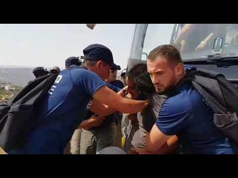 צפו: הפינוי בתפוח - אגרופים ואלימות משטרתית ללא הפסקה