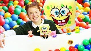 Spielzeugvideo für Kinder. SpongeBob und die kleinen Spielzeuge im Bällebad