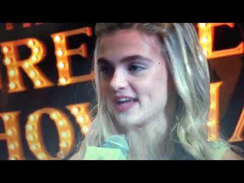 Skylar Dunn's live interview @The Greatest Showman Premiere streaming vf