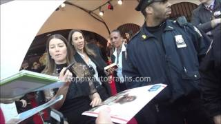 Justin Timberlake & Jessica Biel - SIGNING AUTOGRAPHS while promoting in NYC