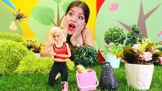 Gambar cover Barbie oyunu. Oyuncak bebeğin kolunu arı soktu