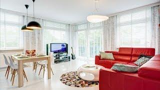 видео Дизайн интерьера гостиной в частном доме в современном стиле: совмещенной кухни и гостиной, комнаты с двумя окнами, маленькой гостиной, с камином и с лестницей, фото