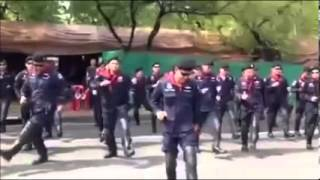 Repeat youtube video ตำรวจ คฝ เต้นบั๊ดสะหลบ คลายเครียดม๊อบเทือก