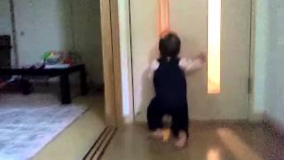ハイハイからのドアを閉める.