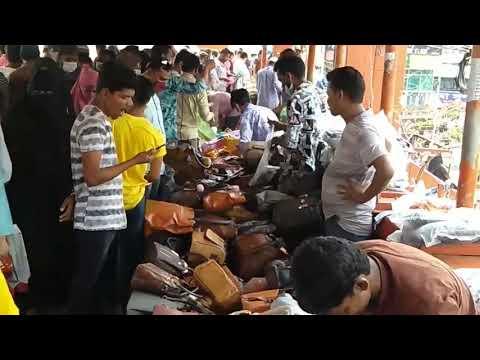 করোনা: রাজধানীতে গাদাগাদি করে ঈদের কেনাকাটায় ব্যস্ত মানুষ