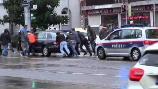 Pkw Liegen geblieben, Polizist und Passanten helfen! (Polizei Wien)