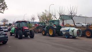 Tractores desinfectan las calles de Mérida