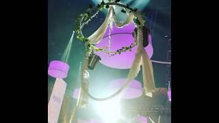 Flying Champagner Girl: Aerial Chandelier Luftakrobatik mit Sektauschank
