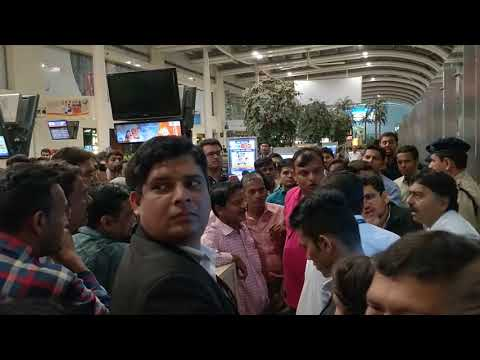 Fight between Go Air Staff and passengers at Mumbai Domestic Airport