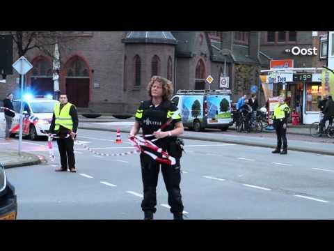 Arrestatieteam rijdt auto klem in Oldenzaal, gewonde onder politiebegeleiding naar ziekenhuis