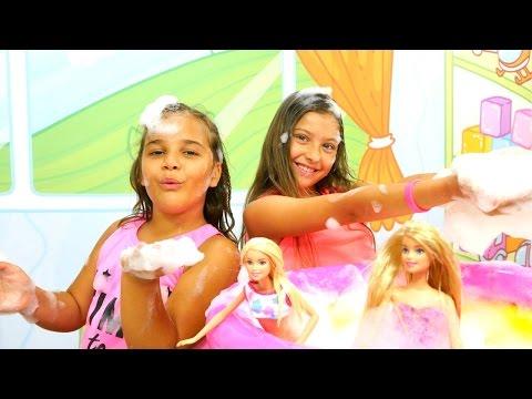 Barbie ile köpük partisi. Polen ve Sema köpük makinesi çalıştırıyorlar. Kız oyunları