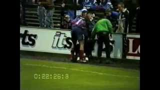 Собака бегает по полю во время футбольного матча
