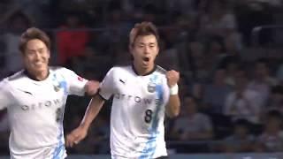 阿部 浩之(川崎F)が味方選手からのラストパスを無人のゴールへと流し...