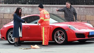 When a sanitation worker is insulted by the owner of a fancy car... 豪车女当街辱骂环卫工,有路人回怼:谁家没辆保时捷?