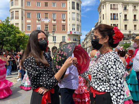 Mujeres vestidas de flamenca se concentran en el 'supuesto' Martes de Feria