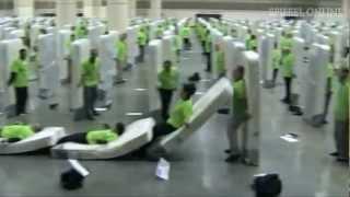 Auf die Matte, fertig, umfallen!: Weltrekord im Matratzen-Domino