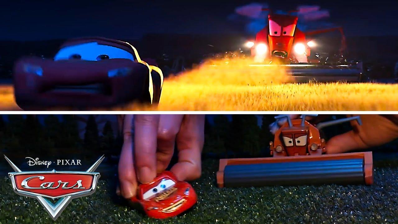 La escena de Mate tumbando al tractor recreada con juguetes   Pixar Cars