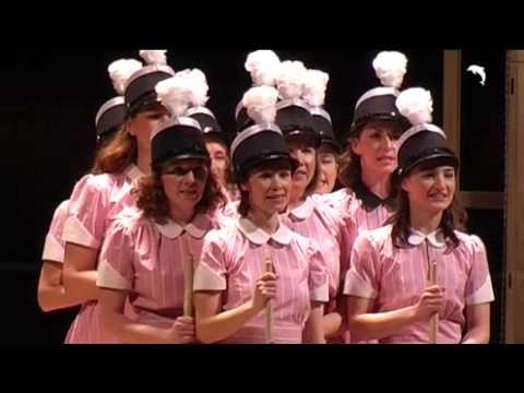 Mädchen in uniform immer gebohrt