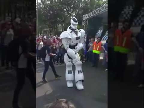 روبوت يرقص مع مالكه
