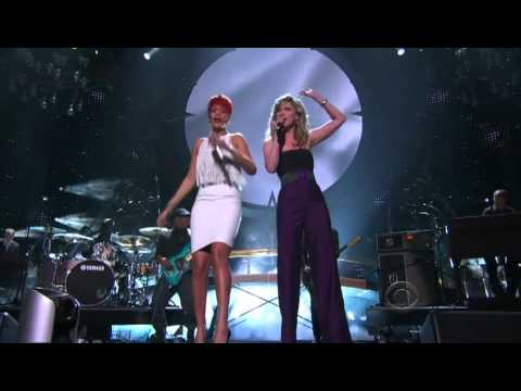 Rihanna nd Jennifer Nettles - California King Bed (Live At  ACMA 2011) [HD].