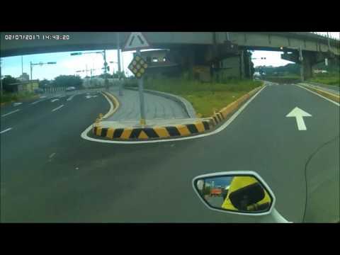 大型重機安全行駛遇到四輪三寶危險逆向行駛