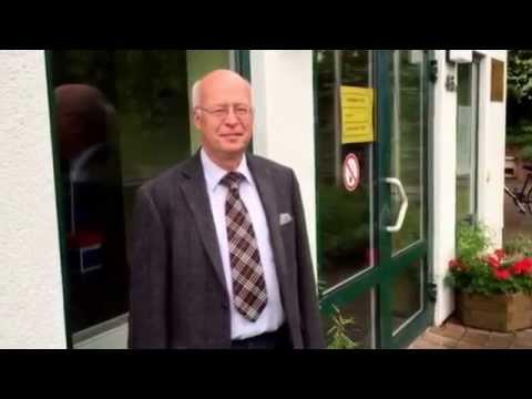 OB-Wahl Dresden: Stefan Vogel (57, AfD) am Wahllokal - 07.06.2015