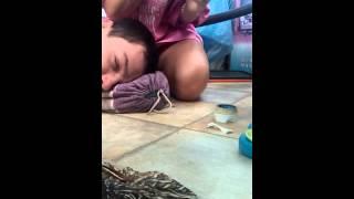 видео Подростку в ухо заползла сороконожка