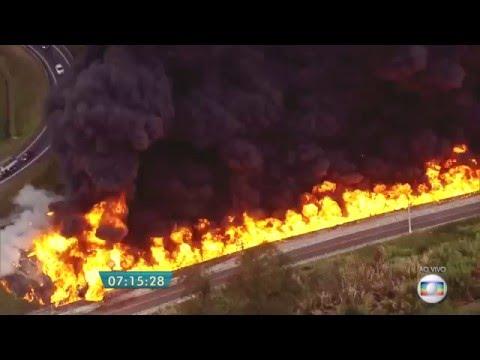 アメリカの高速道路でタンクローリーが大爆発