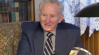 Легендарный журналист Генрих Боровик принимает поздравление с 90-летием.