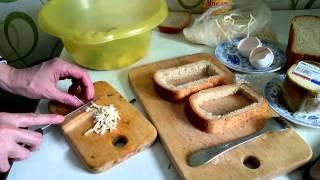 Омлет с сыром и хлебом готовим на завтрак блюдо из яиц