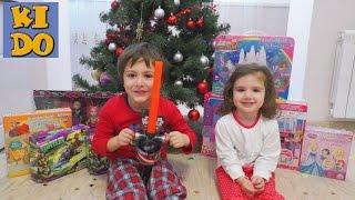 Подарки от Деда Мороза под елкой на Новый Год распаковка игрушек