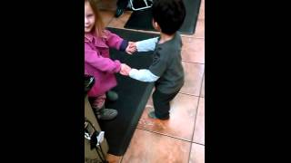 CHINE-有趣的儿童舞蹈在沙龙 孩子一起跳舞搞笑视频
