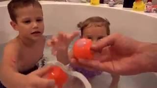 В огромной ванной Животные и водяные бомбочки Макс и Катя забросали папу водой игрушки для в