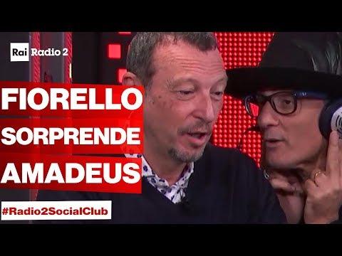 FIORELLO irrompe a Radio2 Social Club mentre c'è AMADEUS in studio