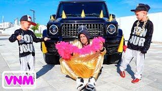 Xe màu hồng của Vlad và Nikita cho bé gái