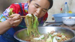 苗大姐肉炖红薯粉,一碗米饭半碗饭,再配辣椒酱,一粒饭不剩