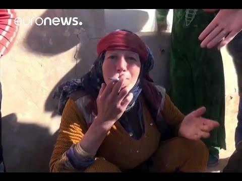 خداحافظی زنان با روبنده ها طی خروج داعش از روستایی در سوریه