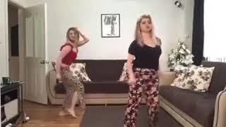 Evde Dans ederken Coşan Sarışın Türk Kızlar