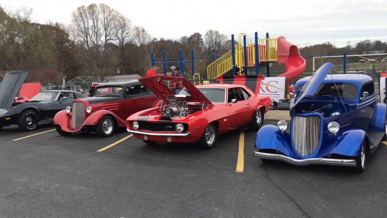 Гонки детских машинок и выставка ретро-автомобилей. США.