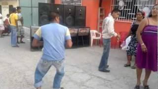 Repeat youtube video El mejor borracho bailando.