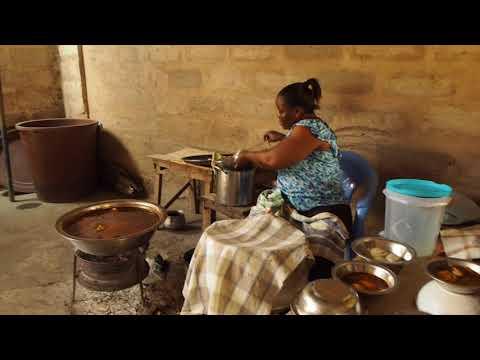 Accra, Ghana, dégustation d'un plat typique: le T-Zed