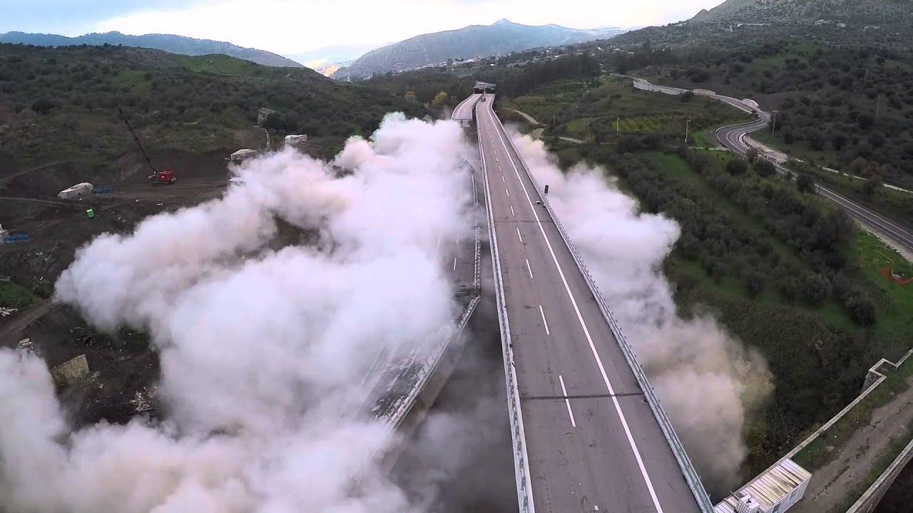 La distruzione del viadotto pericolante (i.ytimg.com)