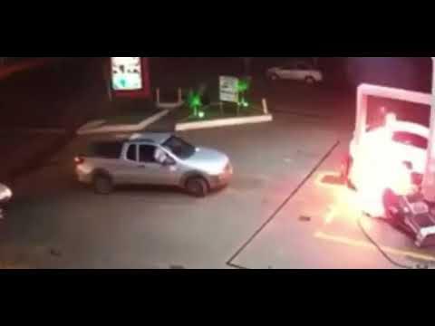 Vídeo mostra bomba pegando fogo após motorista sair com carro que estava sendo abastecido