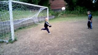 Мальчик маленький хорошо играет футбол смотреть всем