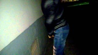 Видео мужик дрочит в подъезде