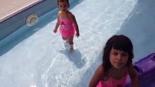 Irmak  Merve Havuzdan Çıkmak İstemedi.Annesi Irmak Merveyi Havuzdan Çıkarmak İçin Oyun Yaptı. Resimi