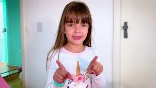Laurinha brincando de babá com seus brinquedos para crianças
